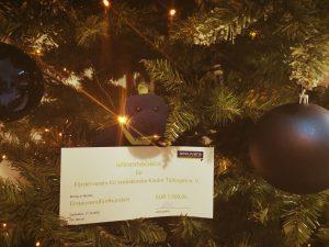 Vera übergibt die Geschenke an den Förderverein für krebskranke Kinder Tübingen e. V.